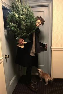 """""""Mein Ein und Alles"""", postet Schauspielerin Vanessa Hudgens über ihren FreundAustin Butler, der gerade einen Weihnachtsbaum mitgebracht hat."""