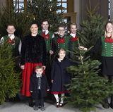 14. Dezember 2017   Prinzessin Victoria und ihre Kinder Prinzessin Estelle und Prinz Oscar bekommen schöne Weihnachtsbäume von Studenten der Schwedischen Universität für Agrarwissenschaften (SLU). Seit den 1960er Jahren stellt die SLU dem Königspalast die festlichen Nadelgehölze.