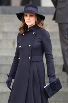 """Große Geste, stilvoller Auftritt: Herzogin Catherine gedenkt den Opfern der """"Grenfell Tower""""-Brandkatastrophein der St. Paul's Kathedrale in London. Ihr Look ist angemessen zurückhaltend und trotzdem strahlt sie mit dieser Kombination royale Eleganz aus."""