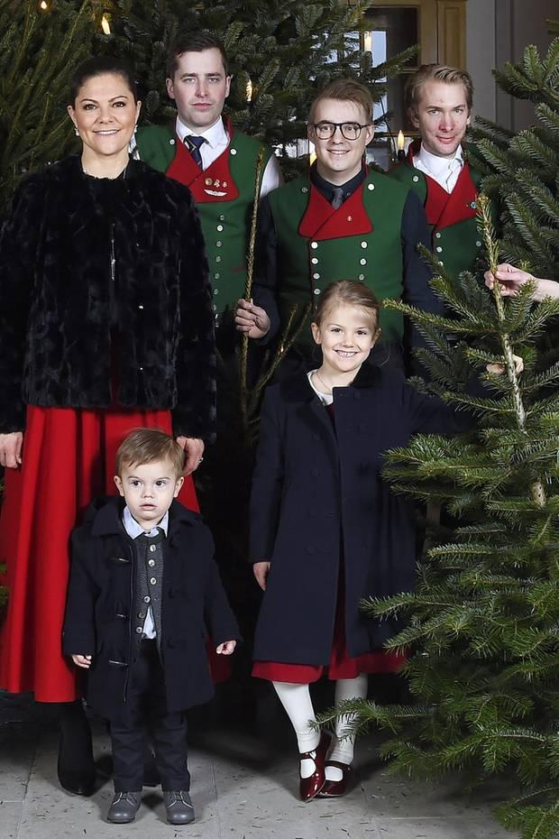 Zur Entgegennahme der Weihnachtsbäume für den Palast in Stockholm trug Prinzessin Victoria einen roten Rock in Midi-Länge, der uns verdächtig bekannt vorkommt ...