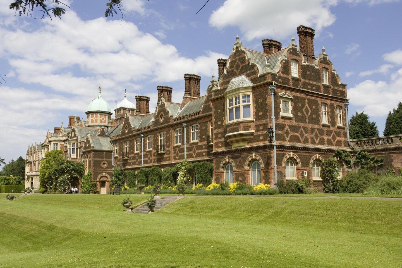 Sandringham wurde 1862 von Königin Victoria erworben und war als Residenz für den damaligen Prinzen von Wales gedacht. Der spätere Edward VII. ließ es jedoch abreißen und quasi komplett neu errichten. Seit der Fertigstellung um 1870 wurde - von notwendigen Arbeiten nach einem Brand abgesehen - nicht mehr viel verändert.