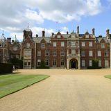 Sandringham House liegt in der englischen Grafschaft Norfolk. Hier verbringen die Windsors traditionell gemeinsam Weihnachten, die Queen bleibt meist noch bis ins neue Jahr.  Das Schloss und das gesamte Anwesen befinden sich im Privatbesitz der Königin. Teile des Schlossgartens und Parks sind öffentlich zugänglich.  Auf dem Anwesen und Gelände, das zum Schloss gehört, liegt neben dem York Cottage noch Anmer Hall, der Landsitz von Prinz William und Herzogin Catherine.