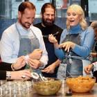 """14. Dezember 2017  Bei einer Veranstaltung zum Thema """"Überschüssiges Essen"""" können Prinzessin Mette Marit und Prinz Haakon diverse Dinge probieren. Eine Sache scheint Norwegens Kronprinzessin nicht zu munden - oder doch besonders gut?"""