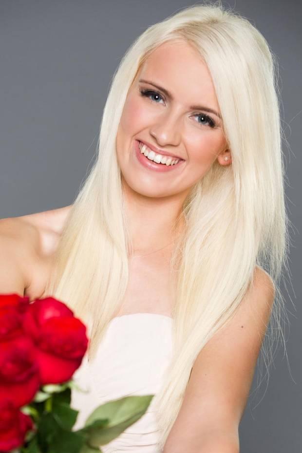 """Am 10. Januar ist es wieder so weit: """"Der Bachelor"""" verteilt fleißig Rosen. Eine der Anwärterinnen ist die 21-jährige Clarissa. Der strahlende Single erinnert uns stark an eine andere deutsche TV-Blondine..."""