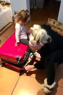 3. Dezember 2017  Teamwork beim Kofferpacken: Sophia hilft Mama Daniela Katzenberger beim Packen.