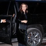 Außer dass Angelina Jolie wieder einmal durch ihre sehr schmale Figur ins Auge fällt, scheint der Hollywoodstar in seiner gewohnt dunklen Garderobe auf diesem Foto nicht augenscheinlich verändert auszusehen. Doch beim genaueren Blick in ihr Gesicht sieht das schon wieder anders aus ...