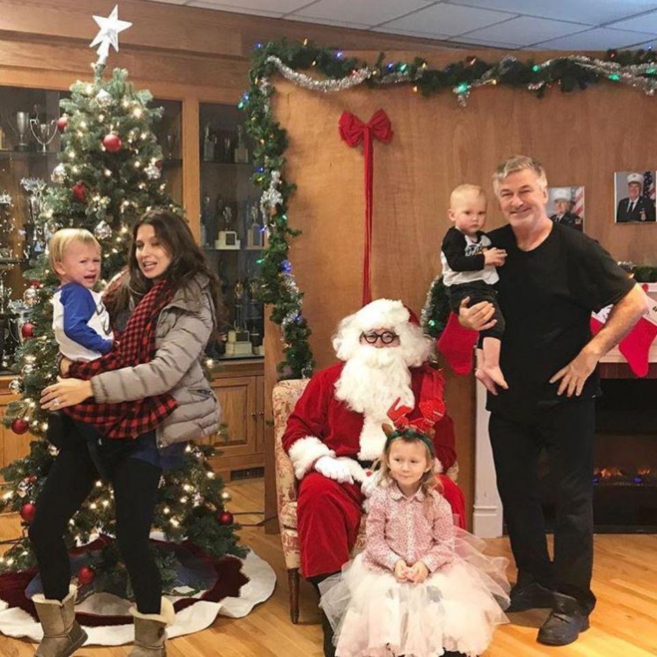 """""""Das sind 100 Prozent wir"""", postet Hilaria Baldwin über das misslungene Gruppenfoto. Während Tochter Carmen sich von dem Weihnachtsmann einen fliegenden Teppich wünscht, denkt sich Sohn Leo: """"Was auch immer, solange es was zu Essen gibt."""" Papa Alec Baldwin zeigt sich derweil wie immer von seiner fotogenen Seite und Hilaria versucht Sohn Rafael vor dem fiesen Weihnachtsmanntrauma zu retten."""