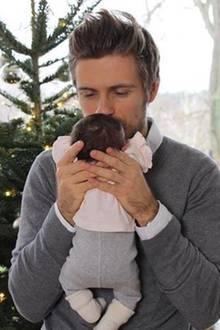 """15. Dezember 2017  """"Unsere kleine Familie"""", postet GZSZ-Star Jörn Schlönvoigt. Der Schauspieler und seine FreundinHanna Weig sind überglücklich, ihr erstes Kind begrüssen zu dürfen."""