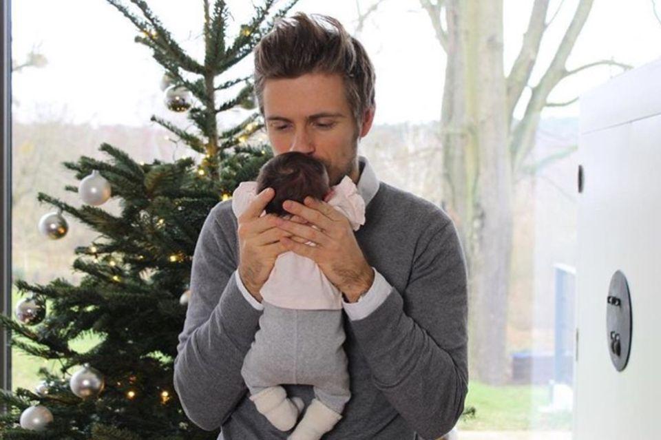 """22. Dezember 2017  """"Worte können nicht beschreiben, wie schön du bist"""", postet Schauspieler Jörn Schlönvoigt. Bereits am 13. Dezember ist sein Baby auf die Welt gekommen; jetzt zeigt sich der GZSZ-Star mit seinem kleinen Wunder."""