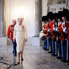 15. Dezember 2017  Auf Schloss Amalienborg schreitet Königin Margrethe zur Audienz für die neuen Botschafter ausNorwegen, Ägypten, Österreich, Israel, Mexiko und den USA.