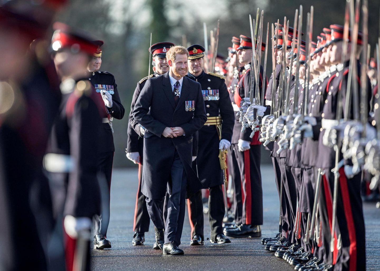 15. Dezember 2017  Die Sovereign's Parade an der Königlichen Militärakademie in Sandhurst besucht Prinz Harry bestens gelaunt, aber ohne seine Verlobte Meghan an seiner Seite. Nach der Hochzeit im Mai 2018 wird sie sicher öfter bei offiziellen Terminen zu sehen sein.