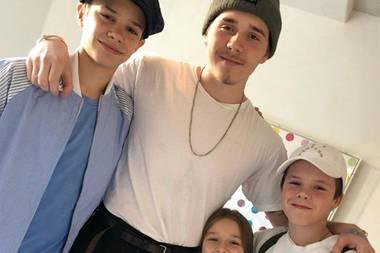 """16. Dezember 2017  Wenn alle ihre Kinder beisammen sind, ist Victoria Beckham am glücklichsten und postet gleich mal ein Foto von ihren """"Babies"""" Romeo, Brooklyn, der gerade aus New York gekommen ist, Harper und Cruz auf Instagram."""