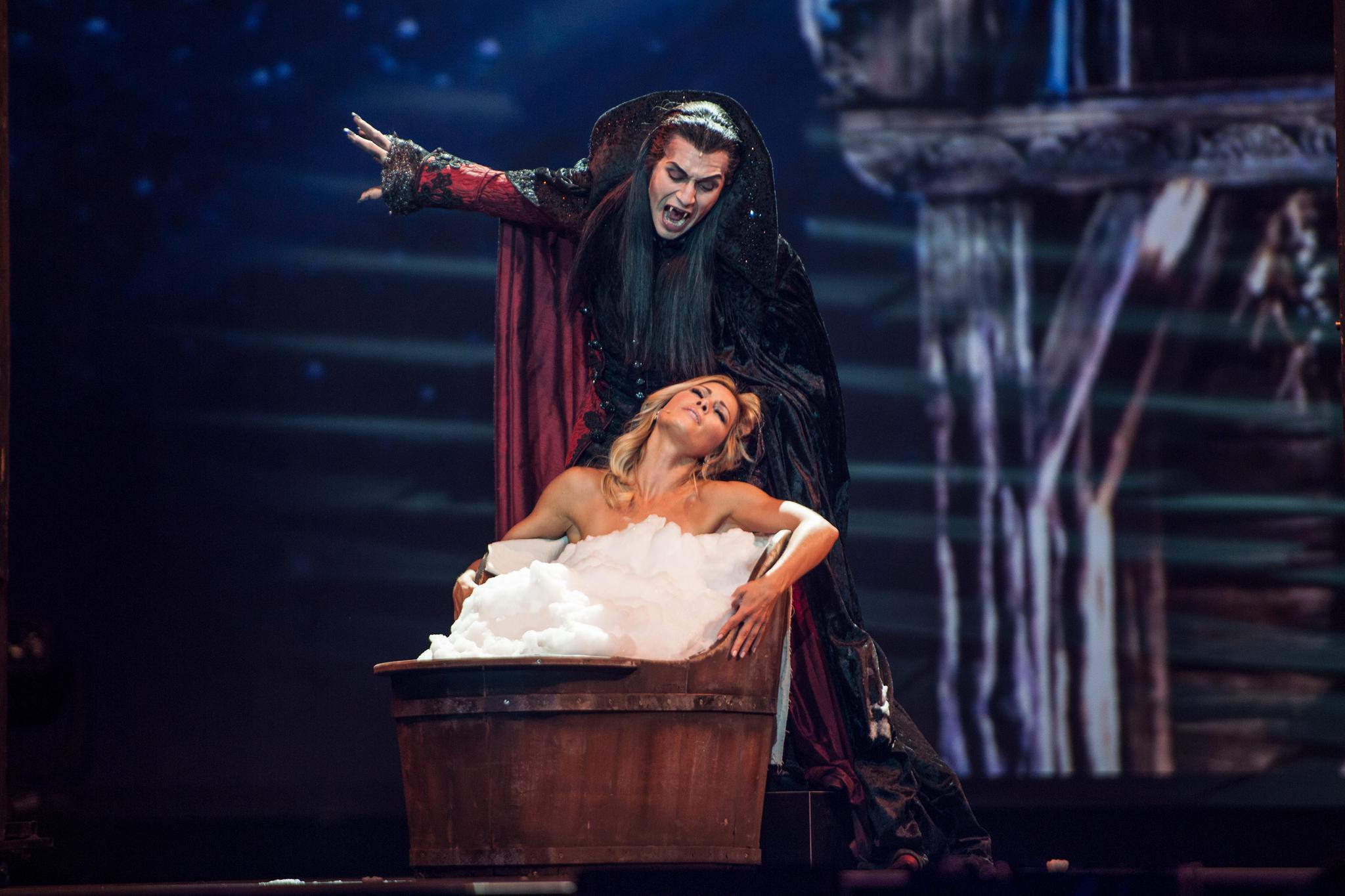 """Bei der """"Helene Fischer Show"""" performt die Schlagersängerin mit Graf von Krolock aus Tanz der Vampiere. Dabei sitzt sie oberkörperfrei im Schaumbad."""