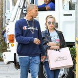 Im sportlichen, blauen Jeans-Look ziehen Knast-Hottie und Milliardärstochter Chloe Green um die Häuser und Luxus-Läden von Beverly Hills.