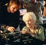 """Der Schatzsucher """"Brock Lovett"""" (Bill Paxton) ist zusammen mit der Titanic-Überlebenden """"Rose Calvert, geb. DeWitt Bukater"""" (Gloria Stewart) und ihrer Enkelin Lizzy Calvert (Suzy Amis Cameron) im Nordatlantik auf der Suche nach dem """"Herz des Ozeans"""" unterwegs, ein verschollenes Diamantcollier, welches mit der Titanic untergegangen sein soll."""