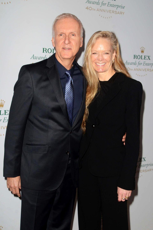 """Suzy Amis lernte James Cameron während der Dreharbeiten zu """"Titanic"""" kennen, der zu diesem Zeitpunkt noch mit """"Terminator""""-Star Linda Hamilton verheiratet war. Die beiden gingen im Jahr 2000 die Ehe ein und haben mittlerweile drei Kinder."""