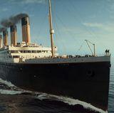 """Star-Regisseur James Cameron hat 1997 (Kinostart in den USA war der 19. Dezember) den Mythos Titanic, in dem bis dahin teuersten Film aller Zeiten wieder aufleben lassen. """"Titanic"""" war auch jahrelang der erfolgreichste Film aller Zeiten, bis er 2009 von """"Avatar"""" abgelöst wurde. Übrigens auch ein Film von James Cameron. Der Jahrhundertfilm kam 2012 als 3D-Version wieder in die Kinos."""
