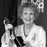 """Gloria Stuart war in den 1930er Jahren in Hollywood bekannt geworden, ihr großes Comeback kam dann aber 1997 mit """"Titanic"""". Sie war die älteste Schauspilerin, die jemals für einen Oscar nominiert wurde. Die 1910 in Santa Monica Geborene wurde 100 Jahre alt und starb am 26. September 2010 in L.A."""