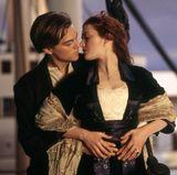 Der romantische Kuss von Jack und Rose an der vordersten Spitze des Titanic-Bugs gehört zu den bekanntesten Filmküssen überhaupt.