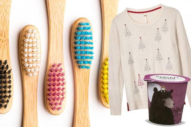 """Die Zahnbürste """"Humble Brush"""" gibt es für ca. 4 Euro bei dm und ist in fünf Farben erhältlich, der Sweater von White Stuff bringt einen kuschelig warm durch den Winter (ca. 80 Euro) und der Kokosmilch-Joghurt """"Dark Berry"""" von Harvest Moon sorgt für das Geschmackserlebnis am Frühstückstisch (ca. 2 Euro)."""