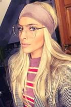Hätten Sie sie so erkannt? Mit blonder Perücke, schrägem Muster-Mix und drahtigem Retro-Brillengestell machtSophia Thomalla eine kleine Style-Zeitreise in die 70er.