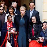 Was für ein Look! Charlene von Monaco verteilte Weihnachtsgeschenke an Bedürftige beim Roten Kreuz in Monaco und sah dabei fantastisch aus.