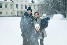 18. Dezember 2017  Prinzessin Victoria sendet einen schneeweißen Weihnachtsgruß vom Schloss Haga aus. Auf dem liebevollen Familienfoto rücken um sie herum Prinz Daniel, Prinzessin Estelle und Prinz Oscar zusammen.