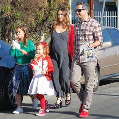 Jessica Alba erwartet schon in einigen Wochen ihr drittes Kind. Zusammen mit ihren Töchtern, Honor und Haven, und Ehemann Cash Warren besucht sie hochschwanger eine Charity-Veranstaltung in Los Angeles. Zu einem grauen Maxi-Kleid trägt sie einen knallroten Cardigan und hohe, schwarze Plateauschuhe... Gewagt, gewagt!