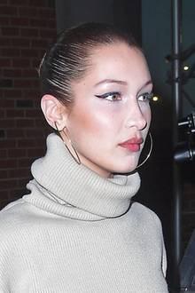 Ist Model Bella Hadid etwa zu tief in den Make-up-Topf gefallen? Für gewöhnlich ist sie stets perfekt geschminkt, doch in diesem Fall hat sie sich eindeutig an zu viel hellem Puder vergriffen. Peinlich!