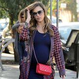 Ein Trend auf den Jessica Alba in ihrer dritten Schwangerschaft zu setzen scheint: Bodycon-Kleider mit Vans. In diesem Fall kombiniert sie das dunkle Kleid mit weißen Plattform-Vans und kariertem Hemd. Als Hingucker trägt sie eine rote Chanel-Tasche.