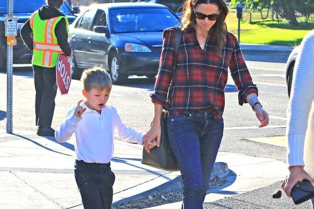 Jennifer Garner und ihr Sohn Samuel laufen durch Los Angeles. Der nicht mehr ganz so kleine Hollywood-Sprössling scheint seiner Mama gerade etwas Spannendes zu erzählen.