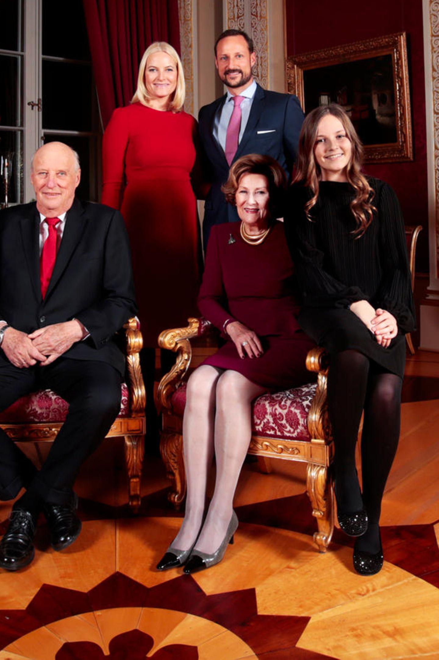 Was für ein perfektes Weihnachtsfoto der norwegischen Royals. Mette-Marit strahlt in einem roten Kleid hervor und hat damit wirklich alles richtig gemacht, weil ...