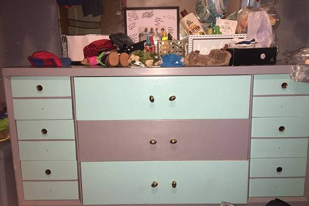 ist diese kommode pink wei oder blau grau. Black Bedroom Furniture Sets. Home Design Ideas