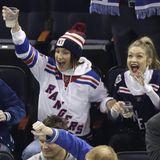 """Inbrünstig fiebern Bella und Gigi Hadid mit den """"New York Rangers"""" mit."""