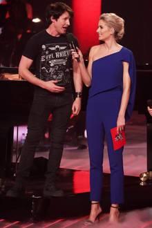 """Zum """"The Voice of Germany""""-Finale strahlt Lena Gercke in einem royalblauen Einteiler im sexy One-Shoulder-Schnitt."""