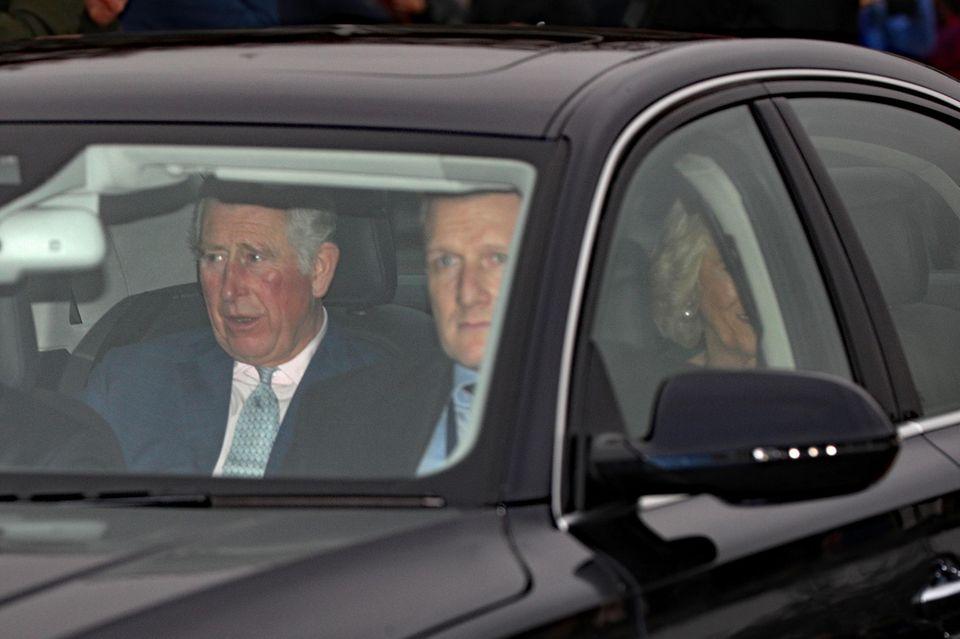 Prinz Charles und Herzogin Camilla lassen sich von einem Fahrer zum Buckingham Palast bringen.
