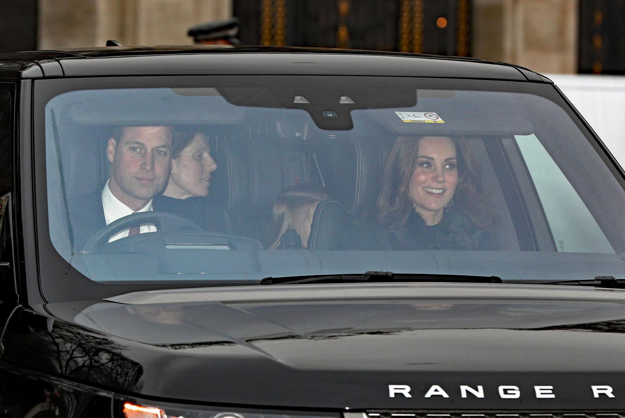 Auf dem Rücksitz schaut eine neugierige Prinzessin Charlotte aus dem Fenster.