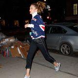 """Gigi Hadid ist ganz klar in Sportlaune: Energisch joggt sie in einem Jersey der """"New York Rangers"""" durch die Straße. Dabei hüpft auch ihr Pferdeschwanz und beschwert uns dieses witzige Bild."""