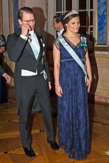Bei Prinzessin Victoria hängt das Kleid von Tiffany Rose seit November 2015 im Kleiderschrank. Damals trägt sie es bei einem Staatsbesuch des tunesischen Präsidenten, als sie mit dem kleinen Oscar schwanger ist. Das sind doch einmal geschwisterlich schöne Umstände!