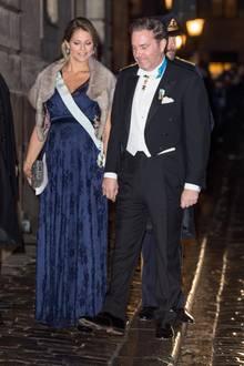 Im Dezember 2017 erscheint Prinzessin Madeleine zu den Feierlichkeiten der schwedischen Akademie Börshuset in einer taillierten Abendrobe, die ihren Babybauch besonders schön betont. Das Stück mit floralem Muster ist - anders als all ihre anderen Kleider - jedoch nicht von einem Luxus-Designer, sondern stammt aus dem Schrank ihrer Schwester Victoria.