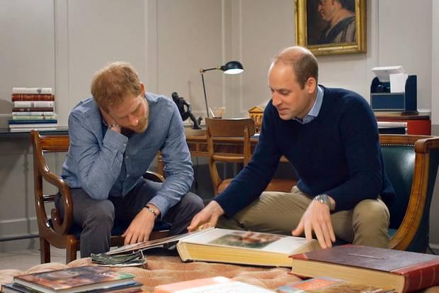 """Für die TV-Dokumentation """"Unsere Mutter Diana. Ihr Leben und ihr Vermächtnis"""" blätterten Harry und William in alten Familienalben"""