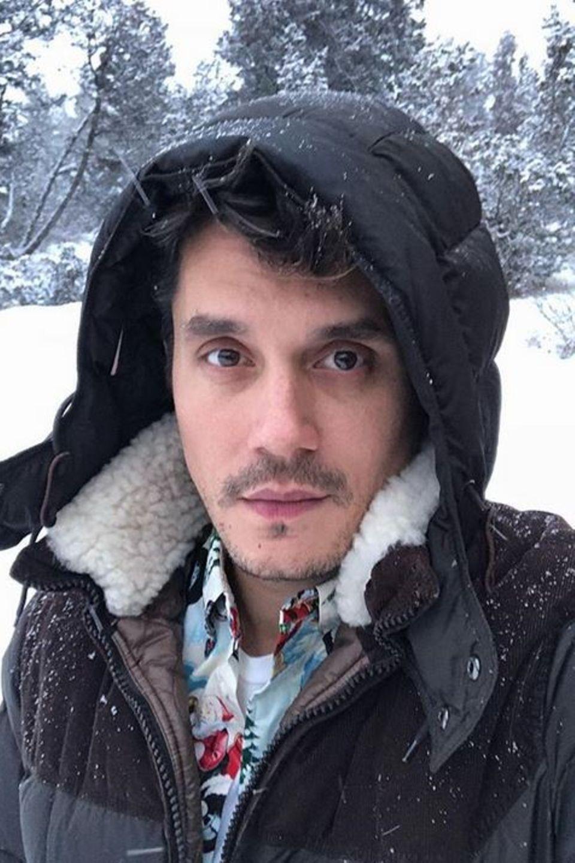 Warm eingepackt knipst John Mayer ein Selfie im Schnee.