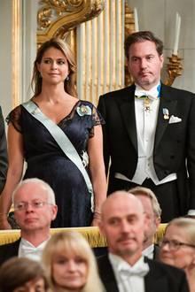 20. Dezember 2017  In der Schwedischen Akademie Börshuset wird gefeiert: Während einer Rede erheben sich Prinzessin Sofia, Prinz Carl Philip, die unübersehbar schwangere Prinzessin Madeleine und ihr Ehemann Chris O'Neill.