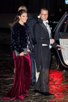 20. Dezember 2017  Prinz Daniel weißt den Weg ins Auto: Nach den Feierlichkeiten der Schwedischen Akademie geht es für ihn und Ehefrau Prinzessin Victoria gen Heimat.