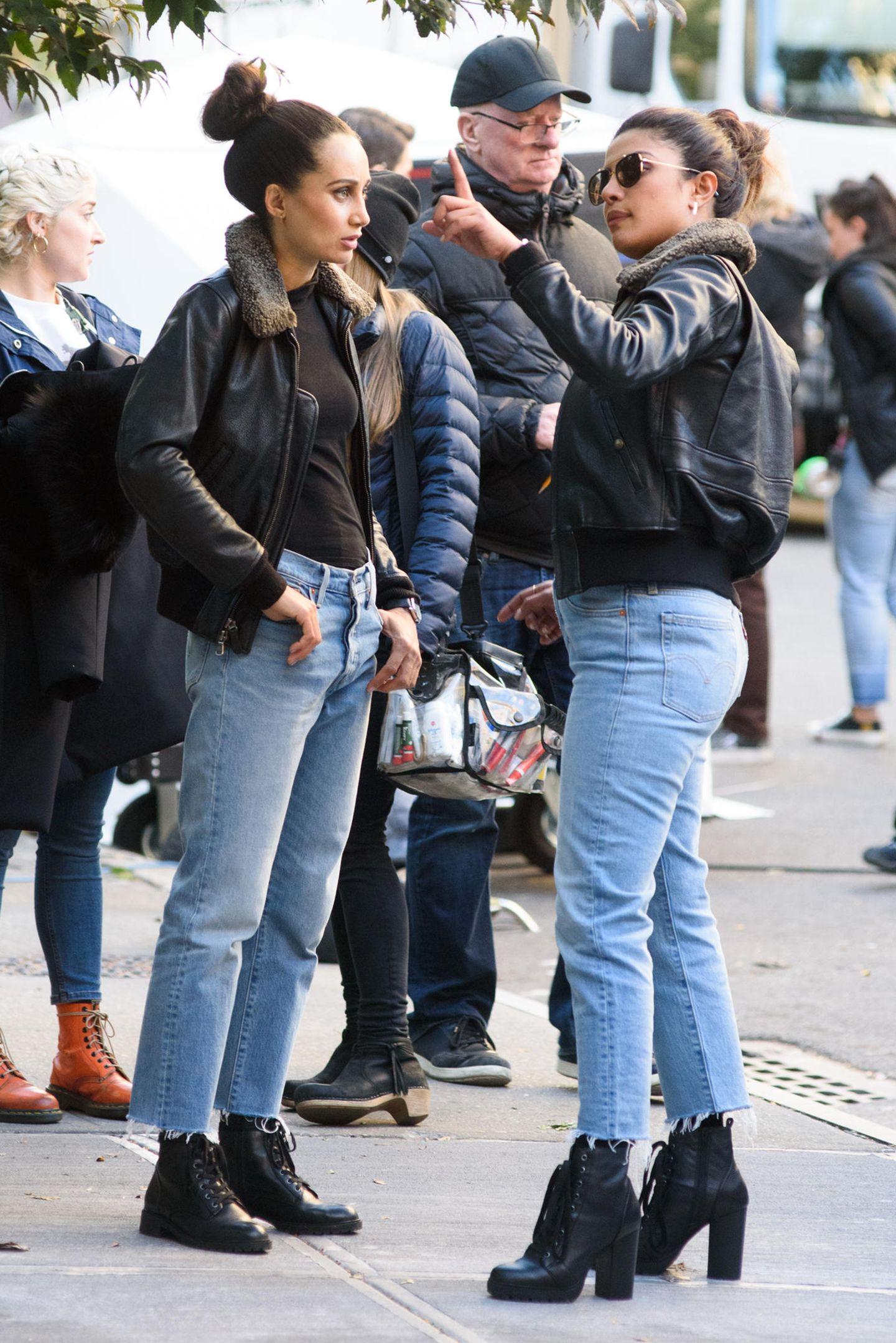 """Bollywood-Star Priyanka Chopra spricht mit ihrem Stuntdouble die nächste Szene für die US-Serie """"Quantico"""" durch."""