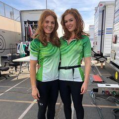 """""""Siamese Gingers"""", also rothaarige, siamesische Zwillinge, so stellt Isla Fisher ihr sportliches Stuntdouble am Set ihren Instagram-Followern vor. Die beiden sehen auch wirklich fast innig verwachsen aus."""