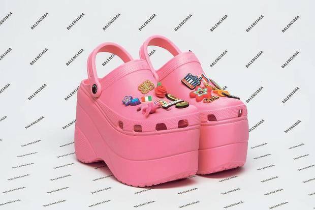 Sieht aus wie ein Retro-Bügeleisen mit Stickern, gilt aber bereits als Schuh des Jahres 2018: Das pinke Plateau-Modell stammt aus einer Koop von Balenciaga mit Crocs. Verkaufsstart ist vermutlich im Februar, Preis ca. 800 Euro. Die Wartelisten sind voll