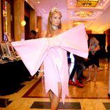 Ok, zugegeben, zu groß dürfen Schleifen, wie hier Paris Hilton, auch nicht werden. Sonst wird aus Festlichkeit Lächerlichkeit.