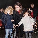1. Dezember 2017  Prinzessin Marie hat ihre beiden Kinder mitgenommen zu einem Event im Rahmen des Aids-Tages. Gemeinsam zünden sie ein Licht an. Henrik und Athena sind ganz konzentriert bei der Sache.