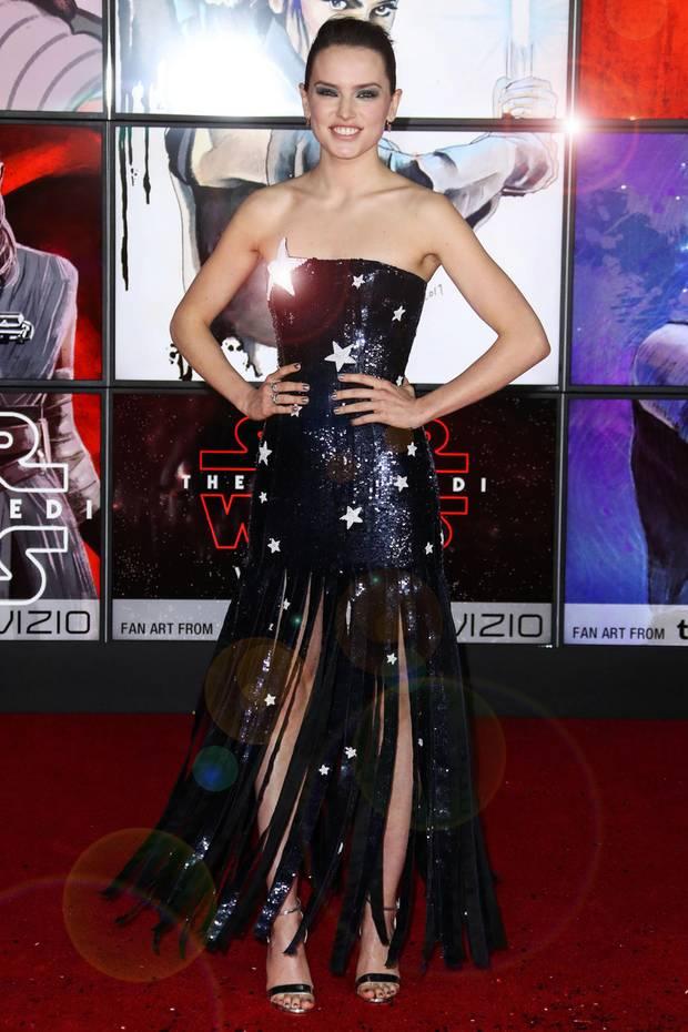 """Einen Wahnsinnsauftritt im Sternennacht-Look von Monse legt Daisy Ridley bei der Londoner Premiere von """"Star Wars: Die Letzten Jedi"""" auf den roten Teppich."""